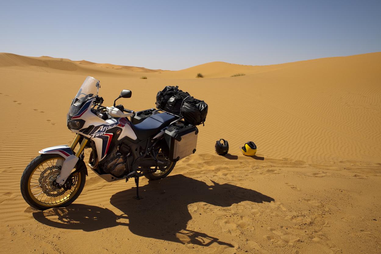 une Africa Twin dans les dunes