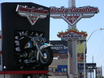 Harley_Davidson_Cafe_Sign_and_Motorcycle