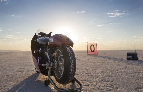 082517-indian-scout-spirit-of-munro-bonneville-salt-flats-speed-week-AB9T5972-582x388